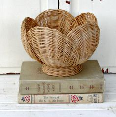 Vintage Wicker Basket Tulip от LittleVintageCottage на Etsy