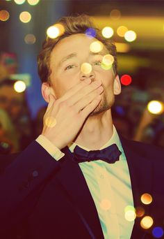 Tom Hiddleston blowing kisses to Rosie! Pretty Men, Beautiful Men, Beautiful People, Beautiful Hands, Thomas William Hiddleston, Tom Hiddleston Loki, Westminster, British Men, Bedtime Stories