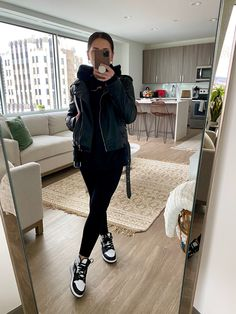 Chic Outfits, Fall Outfits, Fashion Outfits, Jordan Outfits Womens, Sneakers Outfit Casual, Black Leggings Outfit, Leather Jacket Outfits, Mode Inspiration, Outfit Ideas