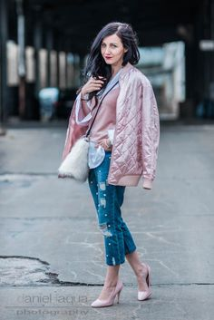 Spring Layers Samt & Denim kombinieren, Outfit für kühlere Frühlingstage mit weißer Oversize Bluse, rosa Samttop, Jeans mit Perlen, Fake Fur Tasche und rosa Pumps | OOTD Outfitinspiration | Streetstyle | Julies Dresscode Fashion Blog | https://juliesdresscode.de