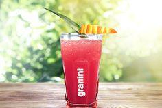 Der Fruit Punch lässt sich nämlich schnell und mühelos mixen – und ist so auch bei einem Picknick, beim Camping oder bei einem romantischen Lagerfeuer schnell zubereitet. #Cocktails #fruity #alkoholfrei #sunny #summer #juice
