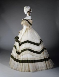 Late 1850s-early 1860s evening dress (probably ball dress, given the tulle). Musee Galliera.