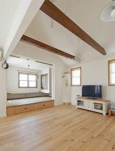 家事をしながら趣味や仕事を楽しめる勾配天井のある家 Family House, Decor, Oversized Mirror, Furniture, Home, Home Decor