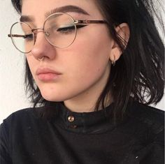 These pictures will make you want a cute septum piercing! Have you ever wanted a septum piercing but didn't think you could pull it off? Well think again! These cute septum piercing pictures will definitely change your mind! Septum Piercings, Percing Septum, Innenohr Piercing, Septum Ring, Face Peircings, Small Nose Piercing, Nostril Ring, Mouth Piercings, Septum Piercing Jewelry