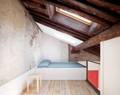 One of the most important elements of the loft renovation was the restoration of the wooden roof, which is more visible than ever thanks to the introduction of the mezzanine. Mint Green Walls, White Walls, Zeitgenössisches Apartment, Attic Conversion, Loft Conversions, Studios Architecture, Contemporary Architecture, Dormer Windows, Wall Bookshelves