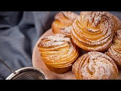 Cruffins: an easy recipe to make them at home! Churros, Cruffin Recipe, Homemade Croissants, Creative Desserts, Gourmet Desserts, Plated Desserts, Bread And Pastries, Italian Pastries, French Pastries