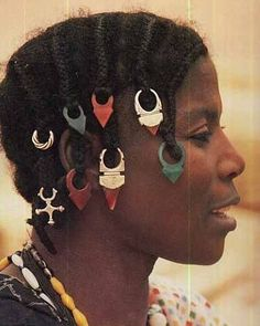 Wealthy women from Mali who wears glass and carnelian tanfouk (Talhakimt) pendants in her hair, smaller versions of the Agadez cross and silver sings set with carnelians (traditionally men's finger rings), all of which are Tuareg in design. African Beads, African Jewelry, Tribal Jewelry, African Braids Hairstyles, Braided Hairstyles, Cool Hairstyles, Hairstyle Ideas, Hairstyles Pictures, Jewelry Show