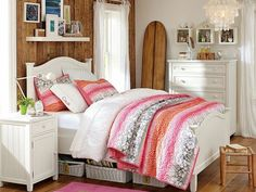 Holzbett Holzboden und Wandverkleidung Rosé und Pinke Farben