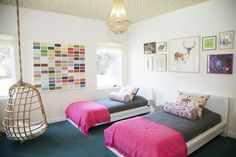From that amazing hanging chair to the funky gallery wall, this shared room from @playchic is amazing!
