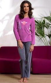 """Piżama jak dres. Wykonana z weluru, ciepła miła i wygodna w użyciu  Limitowana edycja """"zima 2012""""  Góra piżamki w kolorze fuksji z ozdobnym naszytym wzorem,  Spodnie długie, jednolite grafitowe.  W pasie wygodna gumka.  Materiał - 100 % bawełna.  POLSKI PRODUCENT DOBRANOCKA"""