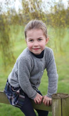 """Princess Charlotte of Cambridge poses for official portraits to celebrate her fourth birthday at Anmer Hall in Norfolk and Kensington Palace 🎂 -May . Charlotte is such a beautiful and sweet little girl 💗❣👧. 📷 : The Duchess of Cambridge. Princesa Charlotte, Princesa Eugenie, Princesa Diana, Princess Kate, Princess Charlotte Photos, Prince And Princess, Prince Harry, William Kate, Prince William And Kate"
