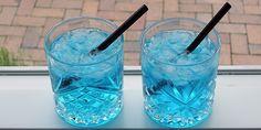 Super flot drink med gin og blå curacao. Drinken er dejligt sød og frisk i smagen, og så giver farven et ekstra festligt udtryk. Drinks Med Gin, Cocktail Drinks, Blue Curacao, Gin And Tonic, Snacks, Healthy Dinner Recipes, Martini, Smoothies, Juice