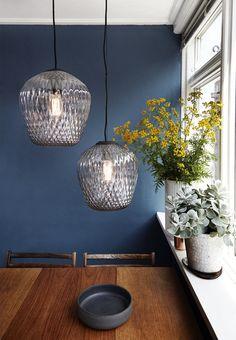 Minuit bleu et métal dans une vraie maison de monsieur | Boligmagasinet.dk