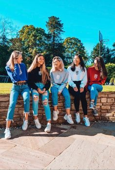 The girls wearing Crest Logo Cropped Sweatshirts and Hoodies 🙌 Cute Friend Pictures, Best Friend Photos, Trendy Outfits, Cute Outfits, Crest Logo, British Boys, The Jacksons, Cute Friends, Girl Gang