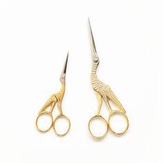 Die ursprünglichen Storchenscheren waren keine Scheren, sondern Klemmen, die von Hebammen im 19. Jhdt verwendet wurden, um nach der Geburt die Nabelschnur abzubinden.Die ursprünglichen Schnäbel waren krumm statt gerade, abgerundet statt spitz, und die Messer waren stumpf.Hebammen beschäftigen sich allerdings gerne mit Handarbeiten in ihrer Freizeit und behielten ihre medizinische Werkzeuge griffbereit in ihren Nähkörben. Die seltsam aussehende Storchenklemmen wurden späte...