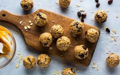 Oatmeal Raisin Energy Bars, 5 Nutritionist-Approved Snacks Under 225 Calories Baked Banana Chips, Banana Bran Muffins, Sweet Potato Muffins, Salad With Sweet Potato, Pumpkin Chocolate Chips, Chocolate Chip Oatmeal, Kale And Spinach Smoothie, No Calorie Snacks, Healthy Snacks