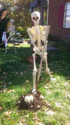 Dad helped me stage my Halloween decor Halloween Outside, Outdoor Halloween, Halloween 2017, Halloween Stuff, Holidays Halloween, Fall Halloween, Halloween Crafts, Halloween Makeup, Halloween Ideas