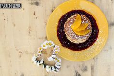 Pfirsich Pancakes mit Waldbeer Sauce | Peach Pancakes with Wild Berry Sauce