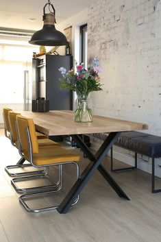 Urban Industrial Decor Tips From The Pros Have you been thinking about making changes to your home? Are you looking at hiring an interior designer to help you? Interior Design Advice, Interior Decorating, Dining Table With Bench, Best Kitchen Designs, Dining Room Inspiration, Home Living Room, Sweet Home, New Homes, Room Decor