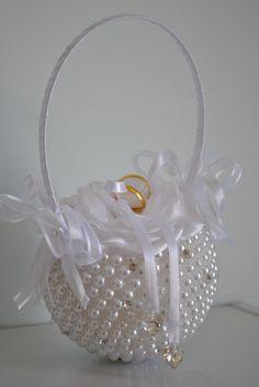 Delicado porta aliancas em perolas com flor cor branca salpicado de strass