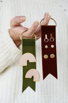 DIY Velvet Earring Tags - a way to gift earrings Jewellery Storage, Jewelry Organization, Jewellery Display, Jewellery Stand, Gold Jewellery, Decoration Vitrine, Diy Fashion Projects, Fashion Ideas, Fashion Outfits