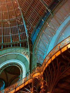 Escadaria Art Nouveau do Grand Palais com efeito de luz  essas bolhas na imagem faziam parte da exposição e cada uma tinha um cheiro diferente