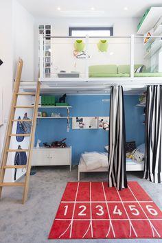 jungen kinderzimmer f r zehnj hrige schr ge w nde einfacher schreibtisch und einbauschrank. Black Bedroom Furniture Sets. Home Design Ideas
