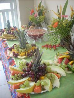 Festa Havaiana, Luau or Hawaian party Fruit Tables, Fruit Buffet, Fruit Decoration For Party, Luau Party Decorations, Party Food Platters, Party Trays, Luau Food, Hawaiian Luau Party, Food Garnishes