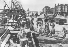 Mujeres descargan un barco en el Muelle de Santander, en 1903.