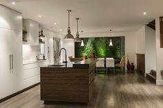 Spacieuse cuisine avec un grand plan de travail/ ilot central donnant sur la salle à manger