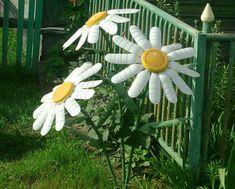 И это все из пластиковых бутылок! Браво умелым рукам! - fav0ritka77.ru Plastic Bottle Crafts, Diy Bottle, Plastic Bottles, Trendy Tree, Flower Crafts, Garden Art, Organic Gardening, White Paints, Garden Sculpture