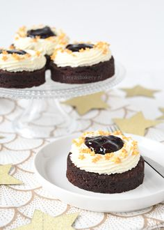 Deze brownie-kersen gebakjes zijn gedecoreerd met gouden eetbare sterren wat ze perfect maakt voor de kerstdagen. Ik geef je het recept. Brownie Desserts, Mini Desserts, Chocolate Desserts, Healthy Dessert Recipes, Baking Recipes, Cake Recipes, Snack Recipes, Cupcakes, Cake Cookies