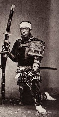 The size of a Samurai Sword is really shown in this photo. From it's length being a quarter of the size larger than him kneeling but also the width is about the same as his arm. AND he has to carry it around with him everyday? Ronin Samurai, Samurai Weapons, Samurai Swords, Sun Tzu, Katana, Japanese Warrior, Japanese Sword, Kendo, Japanese History