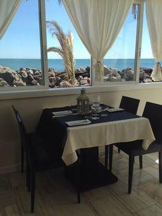 Restaurante mediterráneo frente al mar con una gran variedad de platos a degustar.