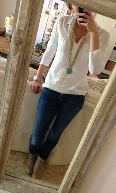 Camisa blanca + jean oscuro + botas de cordones marrones