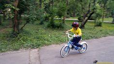 Ieri am perfectionat plecarea, iar acum suntem gata de plimbareeee!  #bicicleta #copii #plimbare #pedalat #distractie  http://scoaladesport.ro/lectii-de-mers-pe-bicicleta-pentru-copii-incepatori/