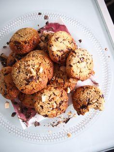Parhaat terveellisemmät keksit!!   n. 3 dl kaurajauhoja n. 1,5 dl mantelijauhoja 2 tl leivinjauhetta Ripaus suolaa Ripaus kanelia Vaniljajauhetta tai vaniljauutetta n. 2 rkl sulaa kookosöljyä 1 kananmuna Muutama rkl hunajaa maun mukaan Suklaata (käytin tummaa maidotonta sekä ichocin valkosuklaata, jos haluat terveellisempää raakasuklaa käy hyvin) Mantelimaitoa muutama tilkka niin, että massaan tulee sopiva koostumus pyöriteltäväksi  Paista 180 asteessa n. 12 min Muffin, Cookies, Baking, Breakfast, Desserts, Recipes, Food, Crack Crackers, Morning Coffee