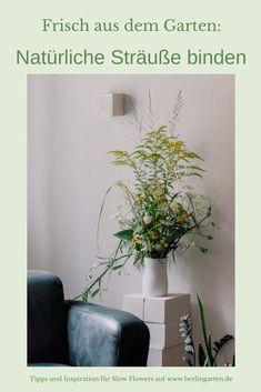 Slow Flowers direkt aus dem eigenen Garten: berlingarten zeigt dir, wie aus schlichten Blumen aus dem Garten und vom Wegesrand tolle Blumensträuße werden. Es gibt da einen ganz einfachen Trick! | Blumenstrauß ökologisch | nachhaltige Floristik | Blumenstrauß selber binden | Gartenstrauß | Happy-Birthday-Blumen |  Binden von Gartensträußen Ikebana, Happy Birthday, Vase, Plants, Home Decor, Basteln, Annual Plants, Sustainable Gifts, Cut Flowers