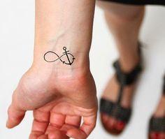 Motif tattoo signe infini sur le poignet avec une ancre marien