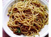 Čínské nudle se zeleninou a kuřecím masem