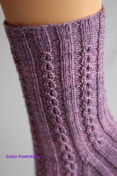 Ich mag diese Böhnchen, so nenne ich das Muster immer. Es sieht aus wie kleine Kaffeebohnen und wirktAmy Vermont, Pullover mit Perlen- und Strasssteindekoration, grau Amy VermontAmazing Embroidery by Corinne Sleight Knitting Socks, Knitting Needles, Free Knitting, Baby Knitting, Knitting Patterns, Crochet Amigurumi, Knit Crochet, Easy Knitting Projects, Woven Wrap