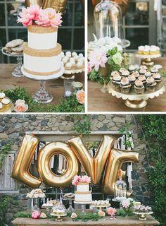 balões de ouro amor atrás da mesa de sobremesa. Grande para um chuveiro ou partido de acoplamento nupcial