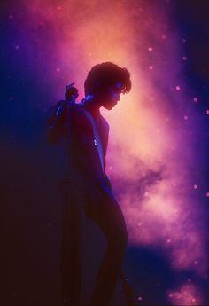 De Kunsthal Rotterdam presenteert vanaf 13 mei de tentoonstelling 'Prince LOVE LIVE' als eerbetoon aan de vorig jaar overleden artiest. Zijn muzikale erfenis wordt nog steeds vol liefde en passie levend gehouden door zijn bewonderaars. De herinneringen aan zijn live shows worden in de tentoonstelling gedeeld. Prince LOVE LIVE toont aan de hand van meer dan 230 objecten en memorabilia, van concertkaartjes tot unieke collectors items, een beeld van de toewijding die Prince als artiest bij zijn…