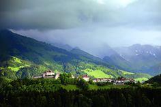 La pequeña localidad de Gruyère, tierra natal del mundialmente famoso queso, se encuentra en el cantón de Friburgo, en los altos de una colina. Ofrece todo lo que el visitante espera de Suiza: paisajes verdes, casitas de postal, castillos y una excelente 'fondue'. Degustacion obligada de merengues con crema doble, una exquisitez local. Y para los amantes del cine y el terror, el Museo H.R.Giger, donde podrán ver a tamaño natural al monstruo de 'Alien' o beber unas copas en el pesadillesco…