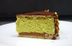 Cet entremets chocolat pistache est une création originale constituée de différentes textures de chocolat et de pistache pour fondre de gourmandise.
