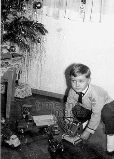 Weihnachten 1959 Ochsenfurt/Timeline Images #Weihnachten #christmas #bescherung #Geschenke #historisch #Junge #Spielzeug #Lametta #Freude #Tradition #Brauchtum #spielen #traditionell #schwarzweiß Timeline Images, Christmas Traditions, Traditional, Photo Kids, Games For Children, Monochrome, Boy Toys, Christmas, Gifts
