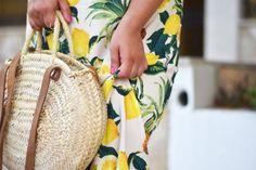 Wenn das Leben dir Zitronen gibt...solltest du sie als Kleid tragen! Meinen strandtauglichen Look samt Strohtasche gibt es hier zu sehen!