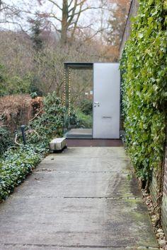 own house // knud holcher Richard Neutra, Decorating Blogs, Seventeen, Facade, Entrance, Sidewalk, Villa, Exterior, Garden