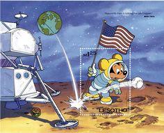 """LESOTO Lesoto, 1985 """"Aparentemente no hay nada que no pueda pasar"""" Hoja Recuerdo con Mickey Mouse como astronauta, que observa asombrado una pelota de beisbol en la luna, la cita es de Mark Twain."""