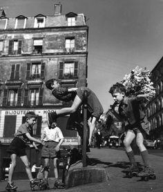 By Robert Doisneau - Ménilmontant, Paris - 1950 Robert Doisneau, Famous Photos, Old Photos, Vintage Photographs, Vintage Photos, Menilmontant Paris, Henri Cartier Bresson, French Photographers, Vintage Paris